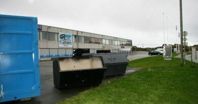 Utstillings-containere fylt med søppel