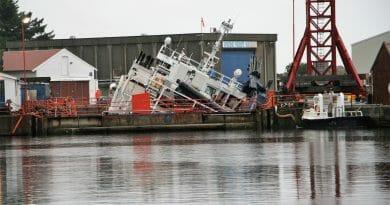 Båt veltet i dokken hos Skude Industri