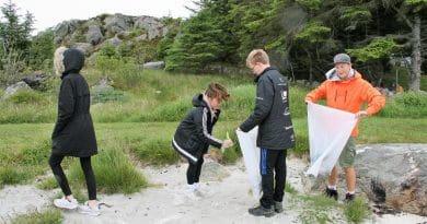 Skoleelever på strandrydding