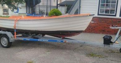Fant en båt på et skjær og etterlyser eieren